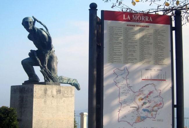 la morra monumento al  vignaiolo d'italia