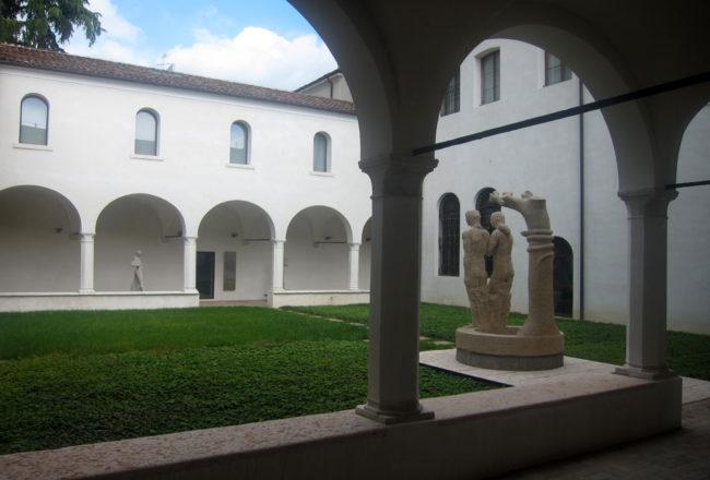 moderno e classico nel chiostro del Museo Bailo