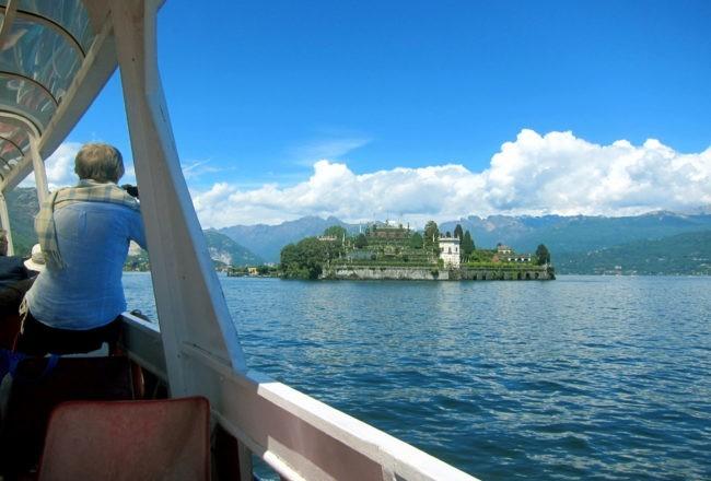 Navigando verso Villa Taranto si vede l'Isola Bella