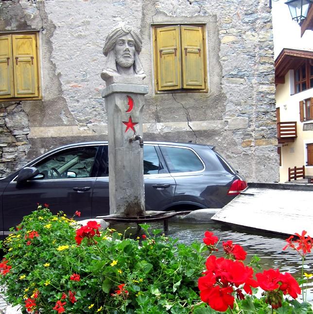 """Fontana """"alla turca"""" nel Rione Turchia di Moena."""
