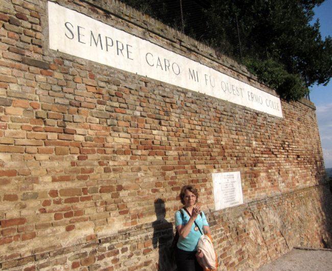 Marche Recanati davanti al muro dell'Infinito di Leopardi