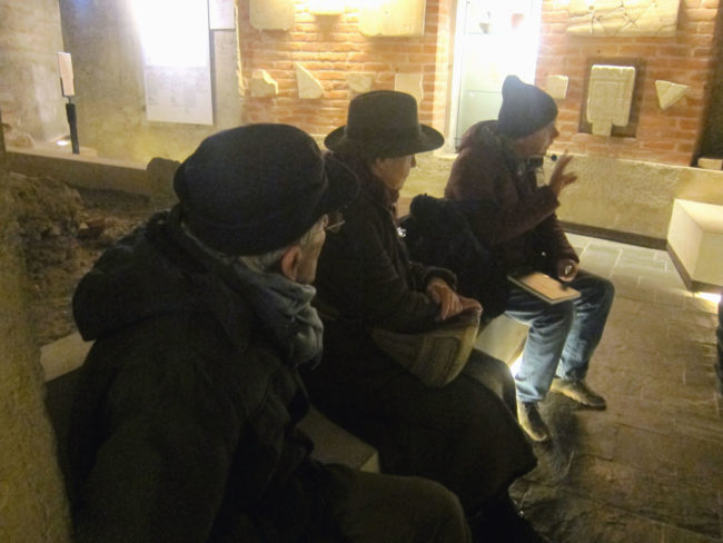 Con i gatti spiazzati nel cimitero paleocristiano