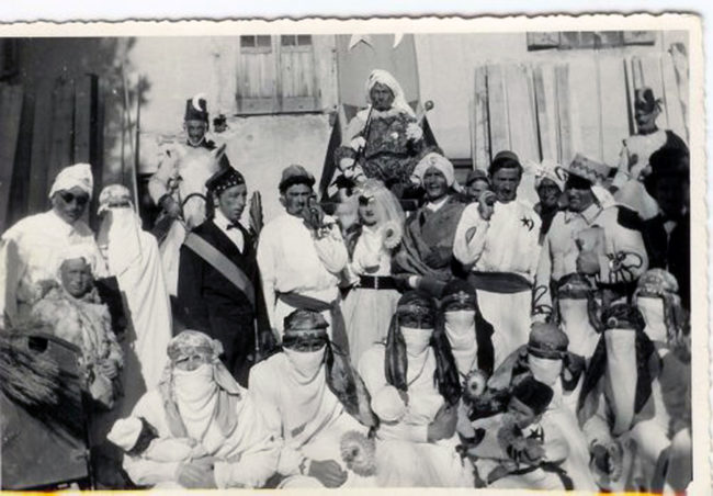 Vecchia cartolina sul carnevale del Rione Turchia a Moena