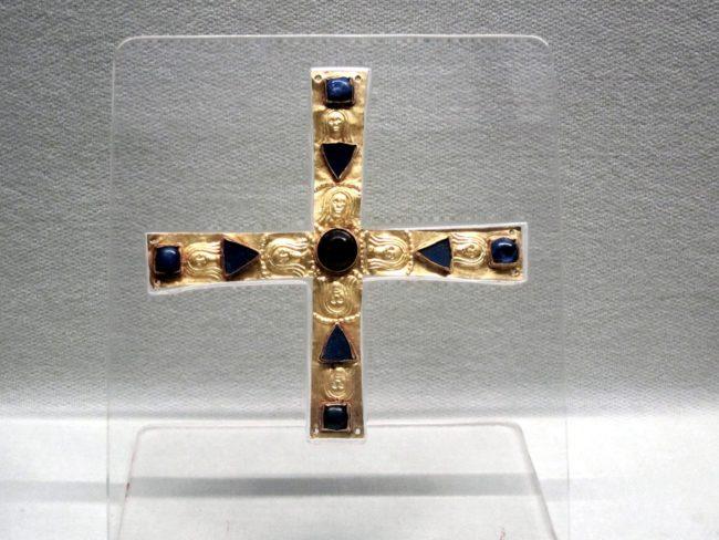 Croce longobarda in oro con pietre preziose