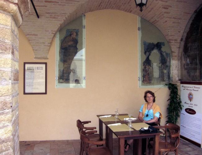 Affreschi sotto i portici della piazza di Moresco
