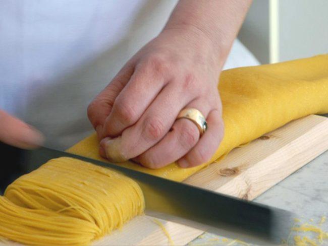 Taglio della 'pasta dei maccheroncini di Campofilone