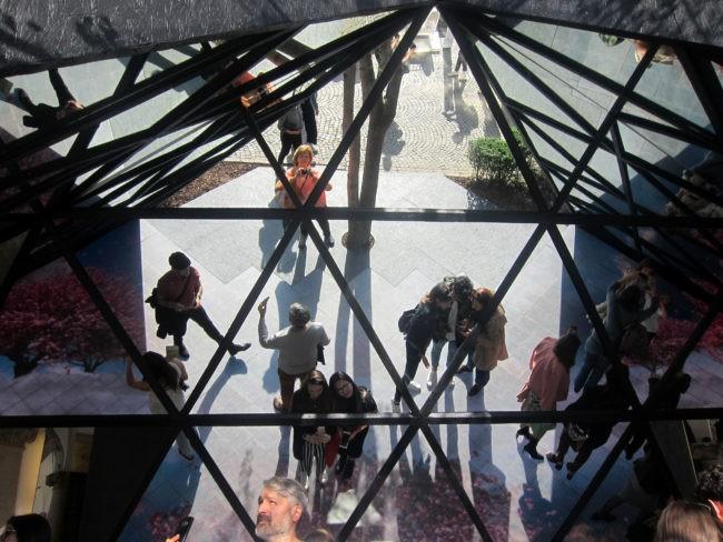 Fuorisalone del Mobile Milano piramide di specchi