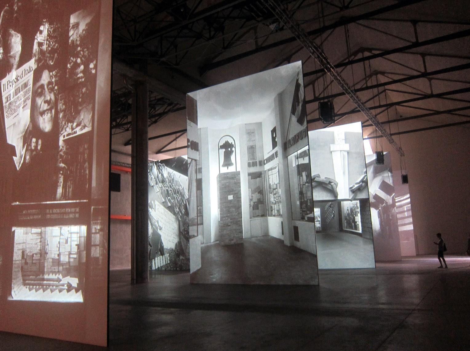 Cartelloni giganti nel deposito della Fondazione Prada