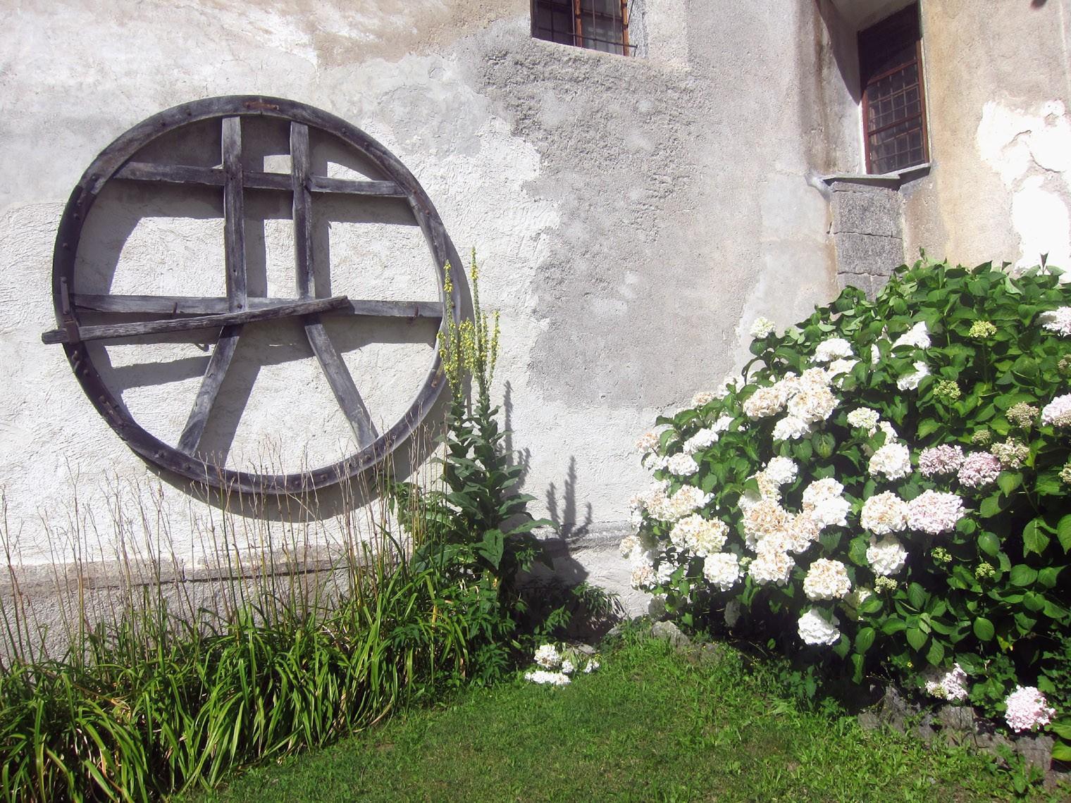 Particolari esterni alla chiesa di Baceno