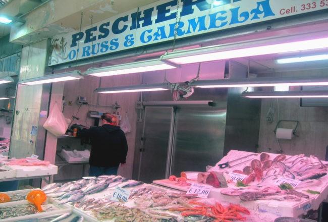 pescheria al mercato di fuorigrotta