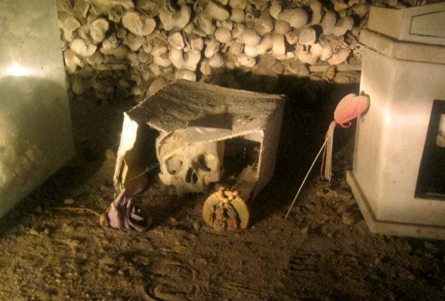 cimitero delle fontanelle teschio nella scatola