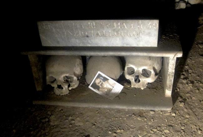 teschio girato al cimitero delle fontanelle