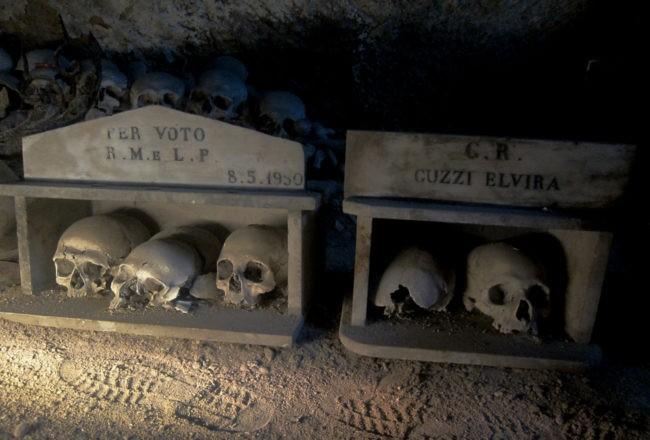 teche con teschi al cimitero delle fontanelle