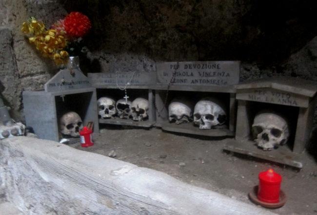 teschi al cimitero delle fontanelle