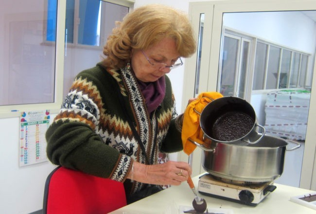 preparando cioccolato modica