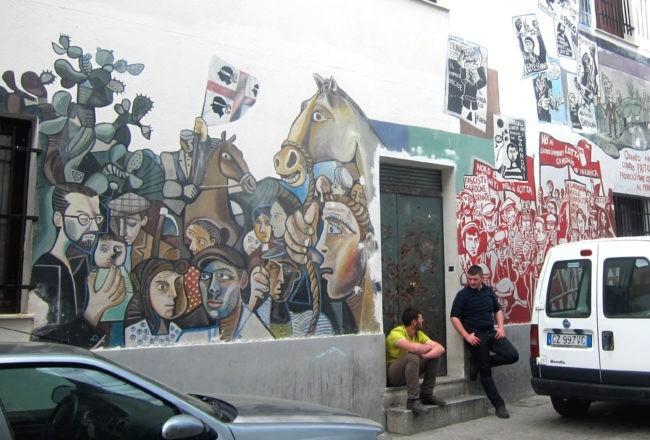 strada di orgosolo con murales
