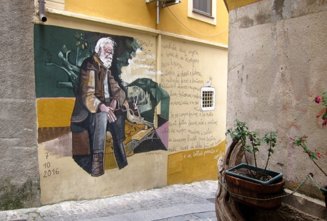 personaggio sui murales di orgosolo