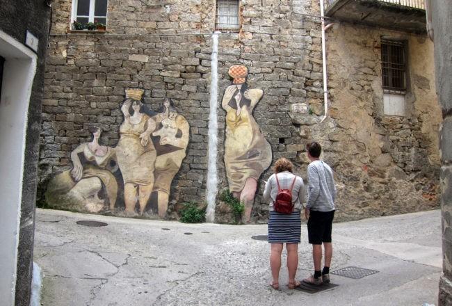 strade di orgosolo con murales